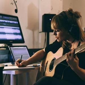 کلاس موسیقی آنلاین یا حضوری، کدام بهتر است؟